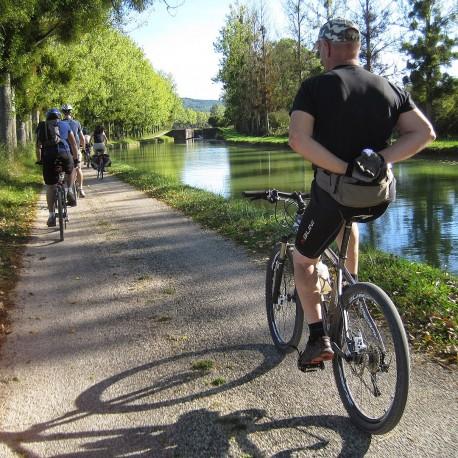 Cycliste le long du canal du Nivernais