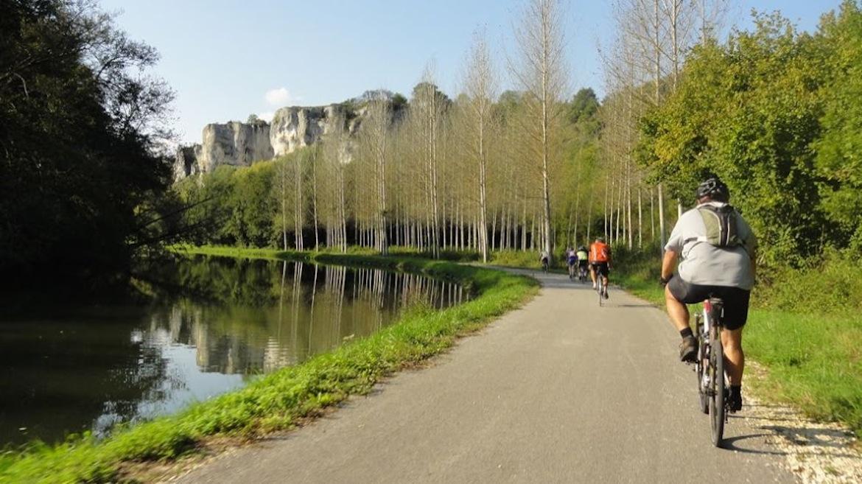Cycliste le long du Canal du Nivernais à vélo