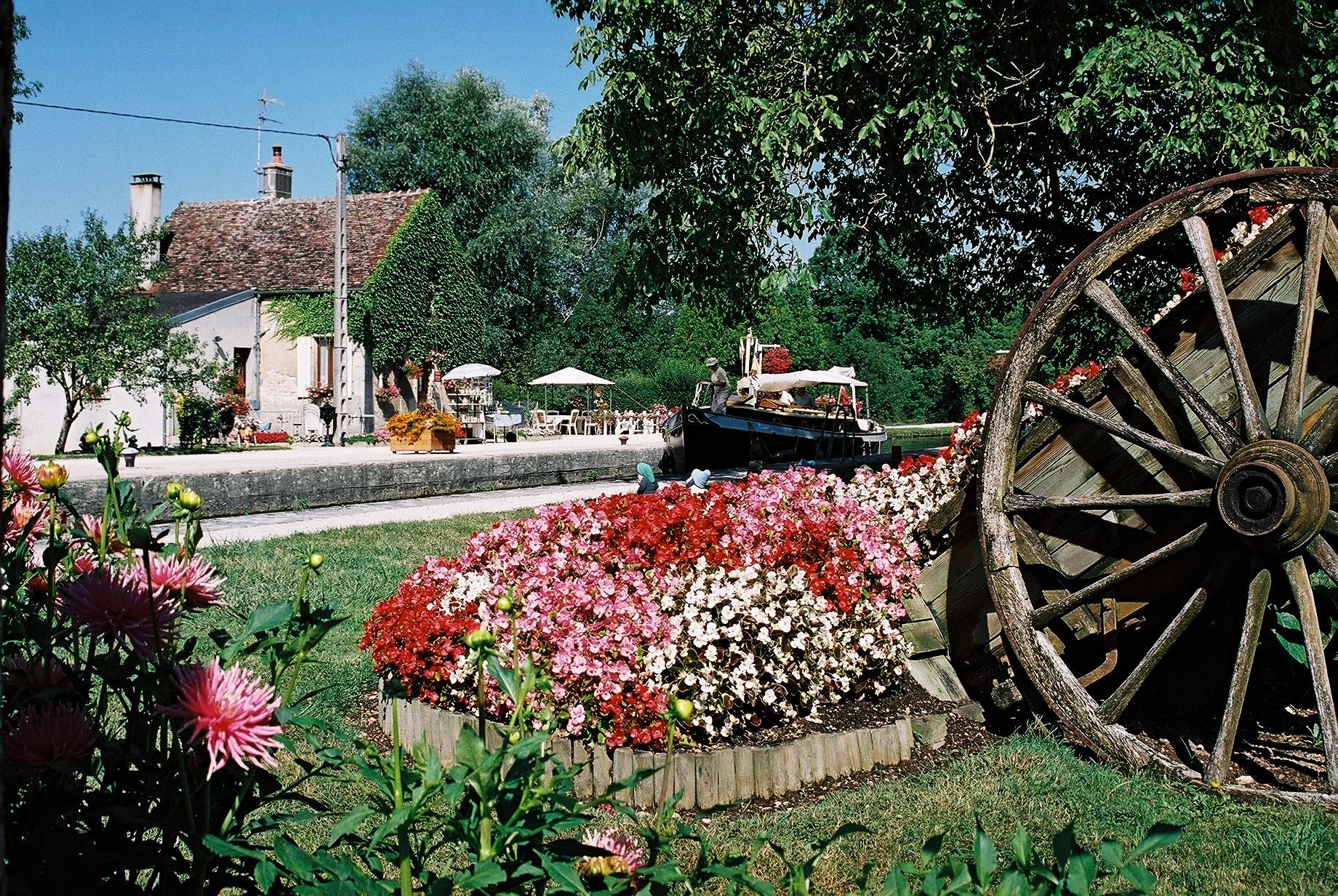 Ecluse fleurie du Canal du Nivernais