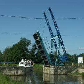 Un pont-levis sur le canal du Nivernais