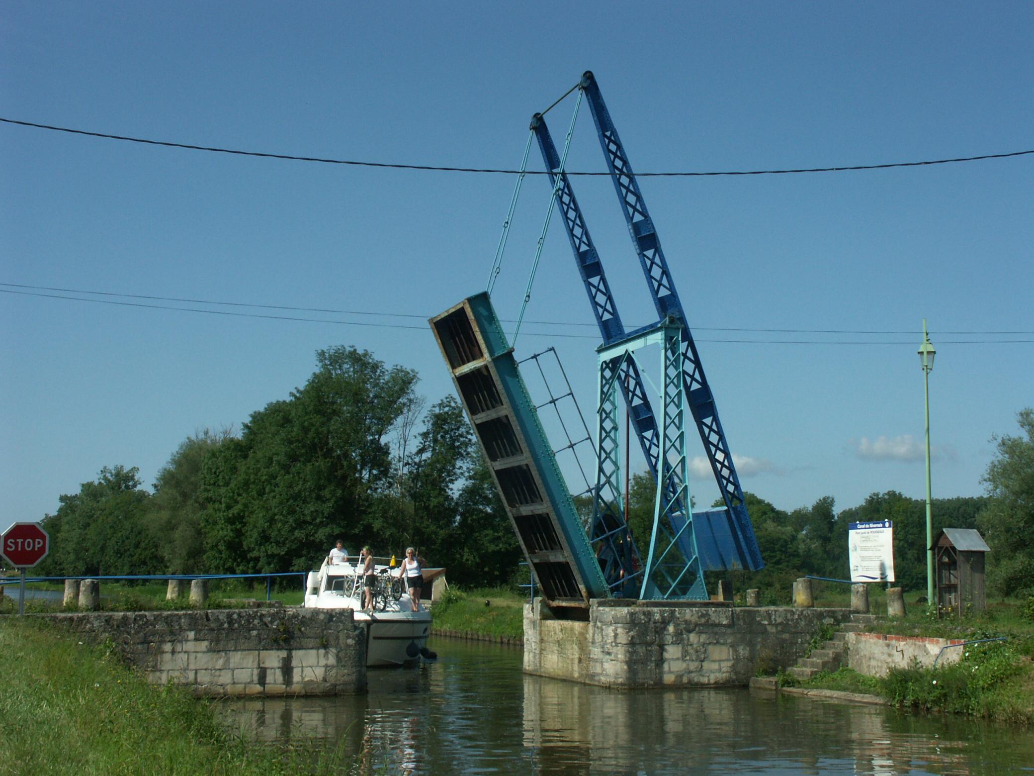 Pont levis sur le Canal du Nivernais