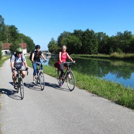 A vélo sur le halage du canal du Nivernais
