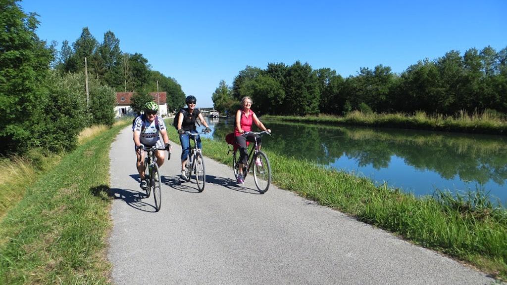 Cyclistes sur le halage du canal du Nivernais