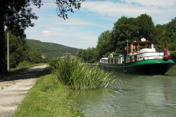 Péniche sur le canal de Bourogne