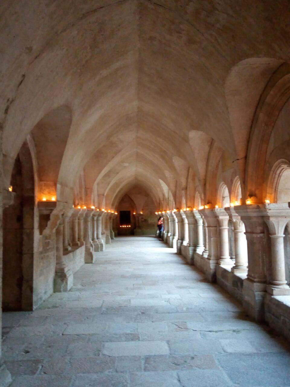 fontenay-vézelay-abbaye-cloitre